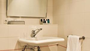 Mindervalide kamer van der valk hotel ridderkerk - Integrale badkamer ...